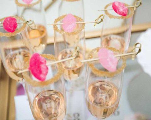 Párty skleničky ozdobené želé bonbóny